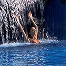 Femme sous une cascade